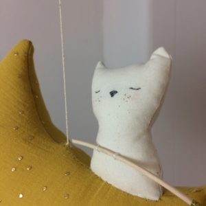anatole-chat-lune-detail-decoration-chambre-enfant-mobile-fabrication-francaise-artisanat-scalae-lesptitsbobos