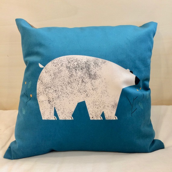 coussin-carré-ours-blanc-fond-bleu-made-in-france-les-ptits-bobos