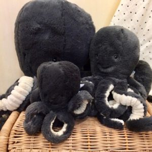 famille-inky-octopus-gris-anthracite-tentacules-blanches-peluche-cadeau-naissance-jellycat-lesptitsbobos