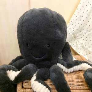 inky-octopus-gris-anthracite-tentacules-blanches-face-peluche-cadeau-naissance-jellycat-lesptitsbobos